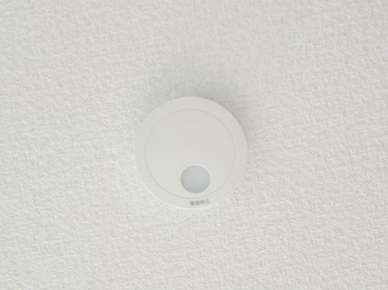 【火災警報器】全居室に火災警報器を新設。キッチンには熱式、その他のお部屋や階段には煙式のものを設置します。聞こえやすい警報音、音声で緊急事態をすばやく知らせてくれます。