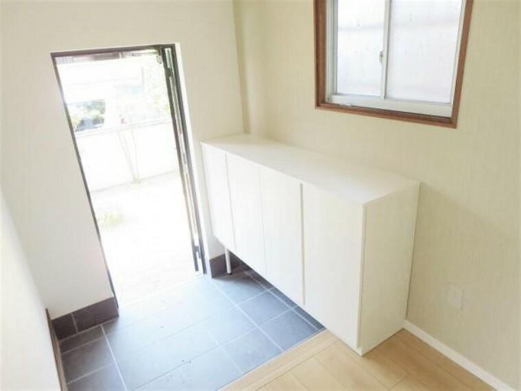 玄関 【リフォーム済写真】玄関内部の写真です。壁クロス張り替え・シューズボックスを新設しました。