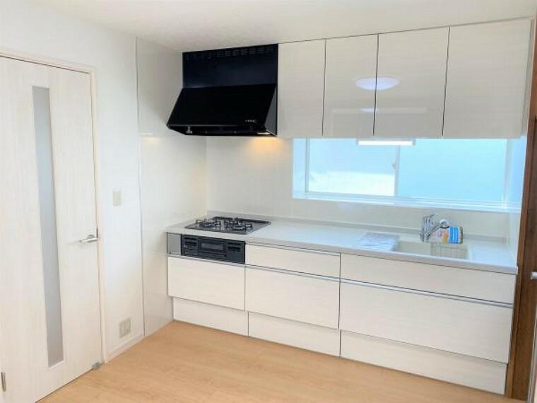 キッチン 【リフォーム済写真】キッチンの写真です。既存のキッチンを撤去して永大産業のキッチンを新設しました。水回りが新品だと嬉しいですね。