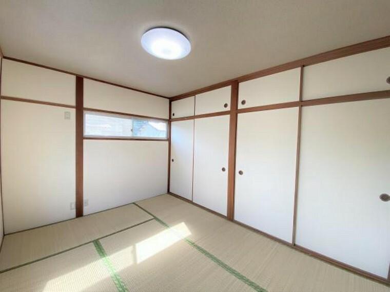 【リフォーム済写真】2階和室の写真です。天井壁クロス張り替え、畳表替えを行いました。押入が二か所あるので収納に困りませんね。