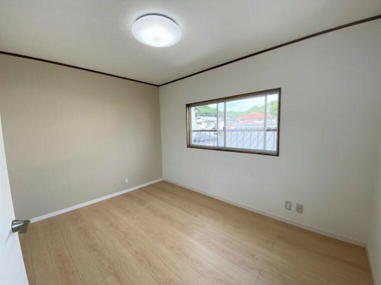 【リフォーム済写真】二階洋室の写真です。天井壁クロス張り替えを行いました。二面採光で風通しが良く明るいお部屋です。