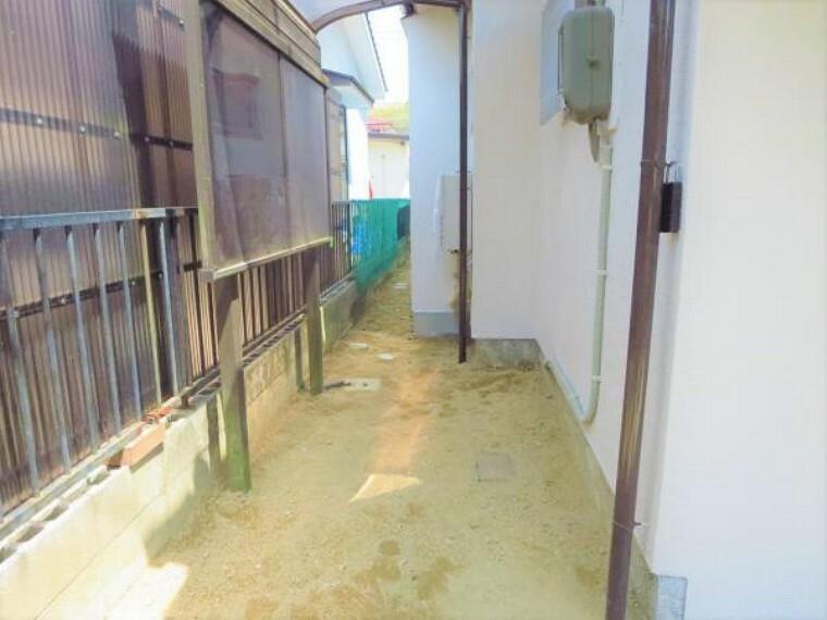 庭 【リフォーム済写真】玄関の横には差し掛けがあります。洗濯物干し場としても自転車置き場としても使うことができますよ。