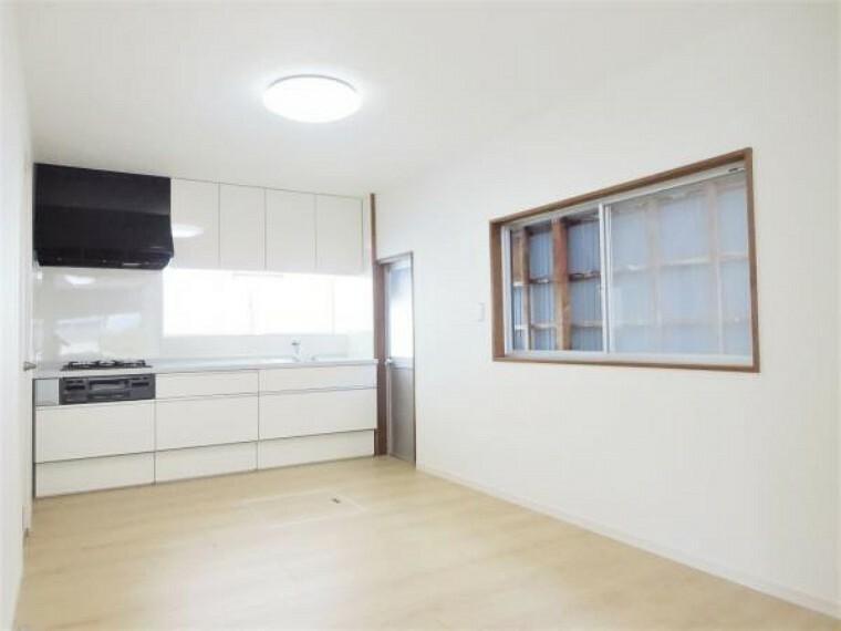 居間・リビング 【リフォーム済写真】LDKから見たキッチンの写真です。キッチン横に勝手口があるのでお料理の際にでたごみをすぐ捨てに行くことができますよ。