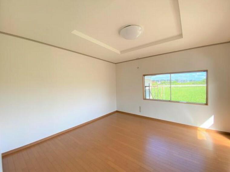 【リフォーム済写真】東側8帖洋室の写真です。フロア張り替え、壁天井クロス張り替え、照明を新設しました。白のクロスで清潔感のある空間に仕上げました。