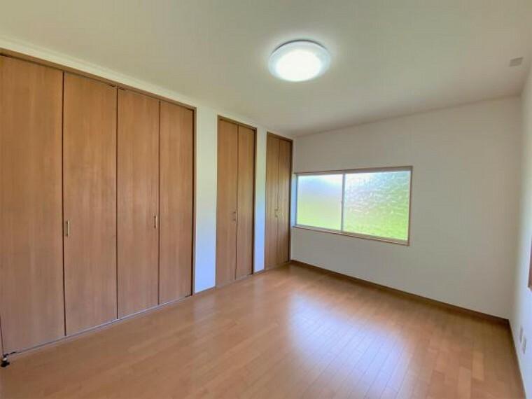 【リフォーム済写真】北側洋室の写真です。フローリング張り、天井壁クロスの張り、照明の新設を行いました。二面採光でお部屋も明るく、収納力もしっかり備えたお部屋です。