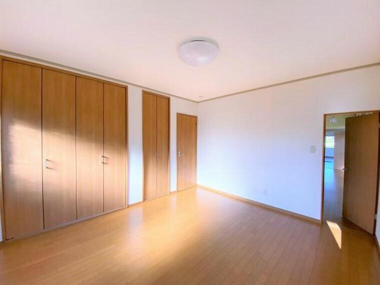 【リフォーム済写真】南西側洋室の写真です。和室から洋室に間取り変更を行いました。フローリング張り、壁天井クロス張り、照明の新設を行いました。南側の窓からの日差しがポカポカ気持ちいいですよ。