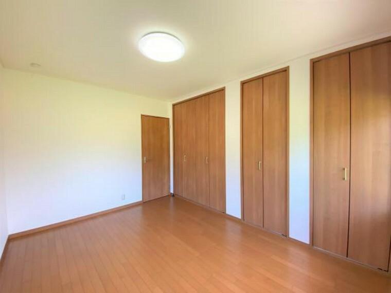 【リフォーム済写真】北側洋室のお部屋の別角度からの写真です。クローゼットが3か所もあるのでお洋服や趣味のものまで収納には困らないのが嬉しいですね。
