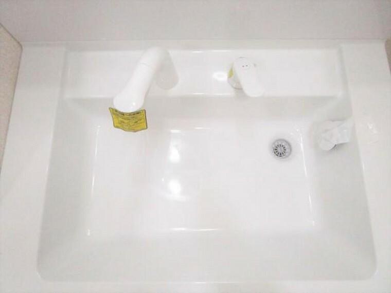 洗面化粧台 新品交換した洗面化粧台の水栓は、お湯と水をきちんと使い分けられるエコな仕様です。お湯のムダづかいを防ぐので、ガス代も節約。家計に優しい設計です。