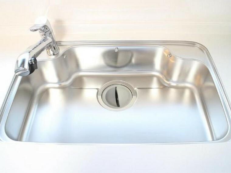 キッチン 新品交換したキッチンのシンクはサビにくく熱に強いステンレス製です。水はねの音を抑える静音設計で、従来よりもさらに水音が静かになっています。