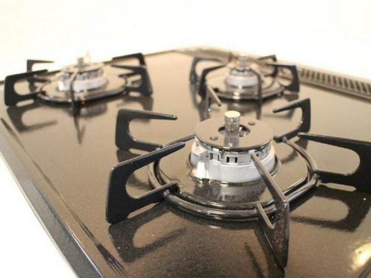 キッチン 新品交換したキッチンは3口コンロで同時調理が可能。大きなお鍋を置いても困らない広さです。お手入れ簡単なコンロなのでうっかり吹きこぼしてもお掃除ラクラクです。