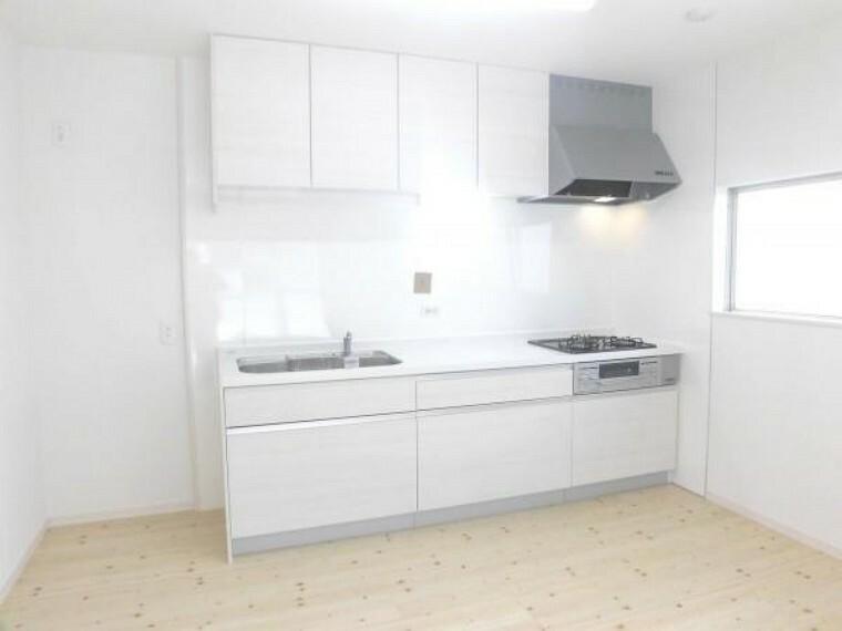 キッチン 【リフォーム済写真】ハウステック製の2550ミリ幅のシステムキッチンを新設致しました。キッチン左手に冷蔵庫を置いて頂くイメージです。