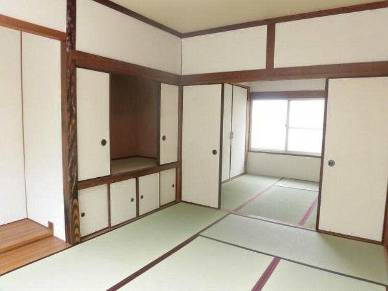 和室 【リフォーム済写真】一階6帖和室を撮影。畳を新調し、天井と壁にはクロスを貼りました。急なお客様が来られた時も、一階に和室があると安心ですね。