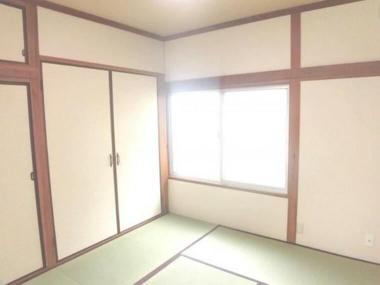 和室 【リフォーム済写真】一階4.5帖和室を撮影。柔らかい畳の和室があると、小さなお子様のいらっしゃるご家庭の方も安心ですね。押入の襖も張替えました。