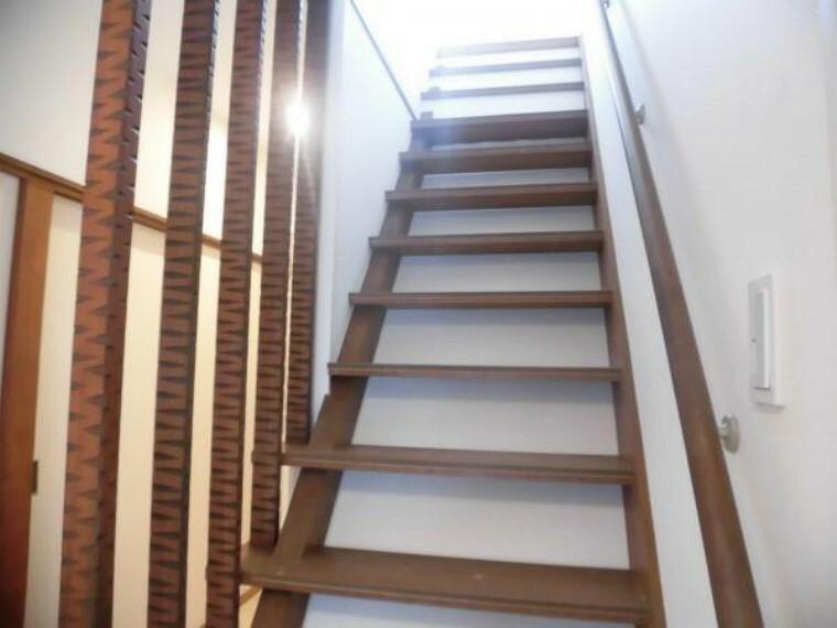 【リフォーム済写真】階段部分を撮影。リフォームで手摺を新設致しました。足腰の悪い方も安心ですね。