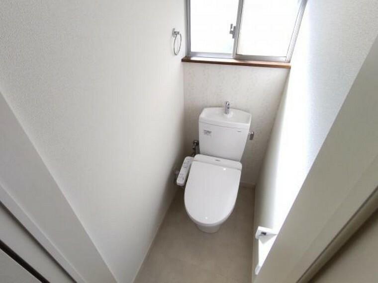 トイレ 【リフォーム済】トイレは新品のTOTO製の温水洗浄機能付きに交換しました。表面は凹凸がないため汚れが付きにくく、継ぎ目のない形状でお手入れが簡単です。節水機能付きなのでお財布にも優しいですね。