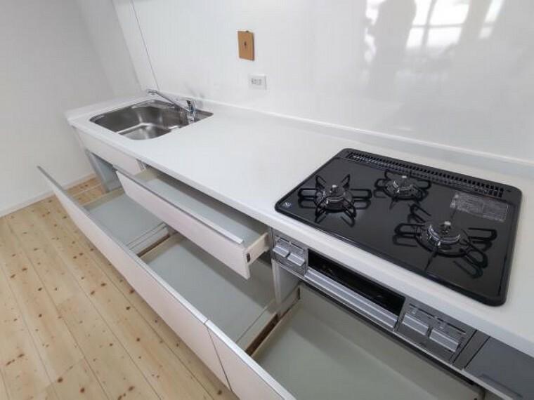 玄関 【リフォーム済写真】キッチン収納は引き出し式。勢いよく閉めてもそっと閉まる指づめ防止機能付きで安心です。