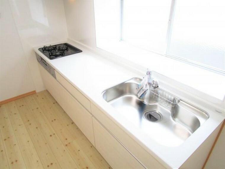 キッチン 【リフォーム済写真】キッチン部の写真です。これからハウステック製のキッチンに交換しました。床はフローリング張替え・壁と天井はクロス張替えを行いました。新しいキッチンで新生活はじめませんか。