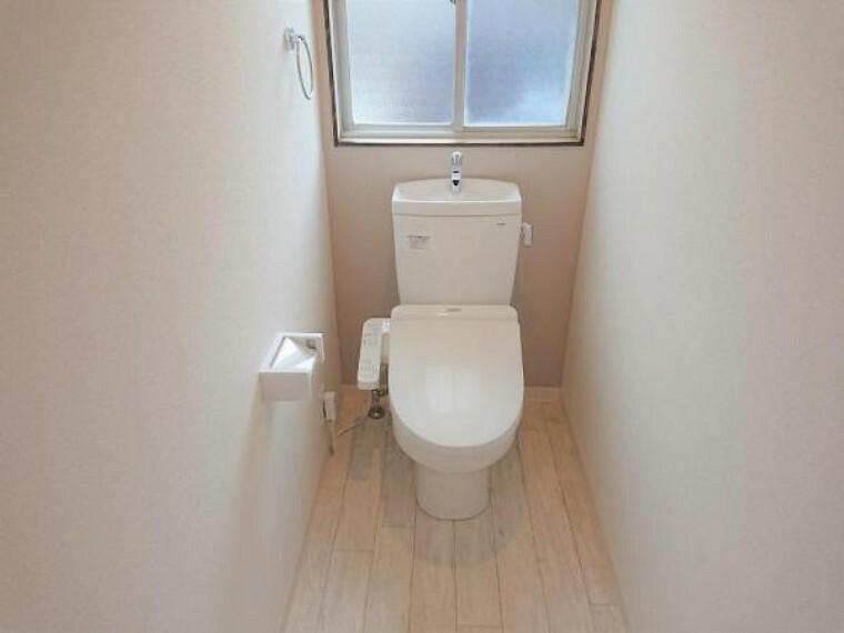 トイレ 【リフォーム済写真】TOTO製のウォシュレット付きトイレに新品交換しました。節水、節電機能付きで環境にもお財布にも優しいトイレです。気になる水回りが新品だと嬉しいですね。