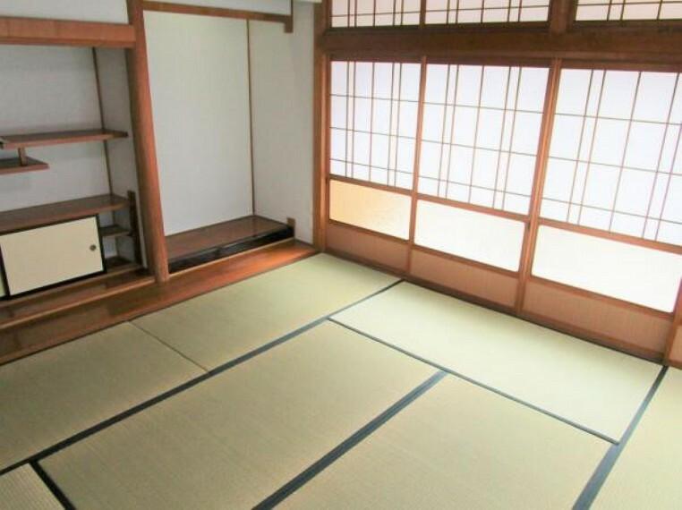 【リフォーム済写真】和室の別角度写真です。障子を開けると大きな窓があるので、明るい光がお部屋に差し込みます。