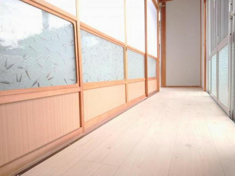 【リフォーム済写真】玄関入って右側の和室の縁側写真です。元あったフローリングに明るいクッションフロアを重張りを行いリビング等の居室と統一感を出しました。