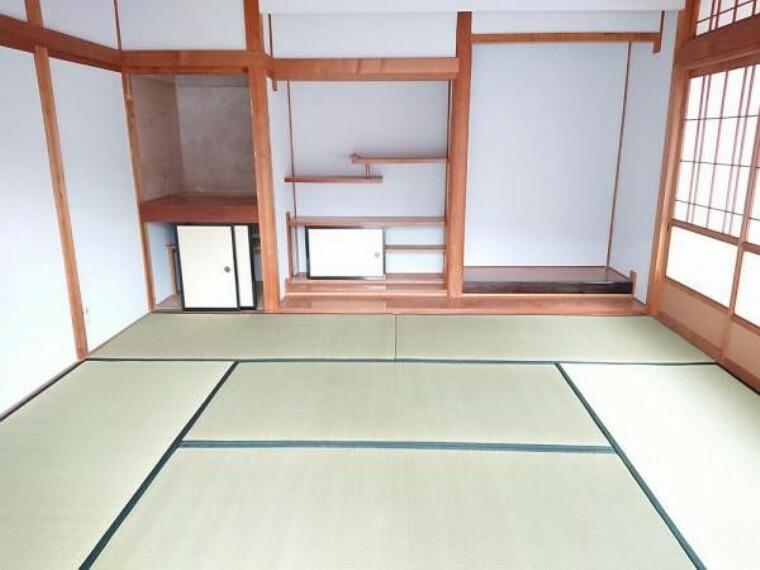 【リフォーム済写真】玄関入って右側にある8畳和室です。畳を表替え、ふすまと障子を張替えました。表替えした畳はいぐさの香りがしてとてもリラックスできます。お昼寝をしたり小さなお子様が遊んだりできますね。