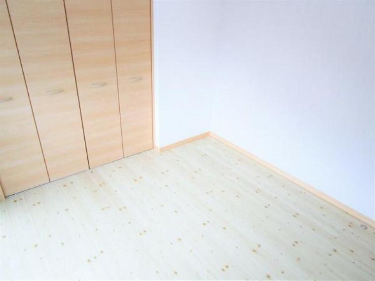 洋室 【リフォーム済写真】玄関入って左側奥(5.5帖)の洋室写真です。床はフローリング張替え・壁と天井はクロス張替えました。クローゼットを新設しました。服や荷物が収納できるのでお部屋を綺麗に保てますね。