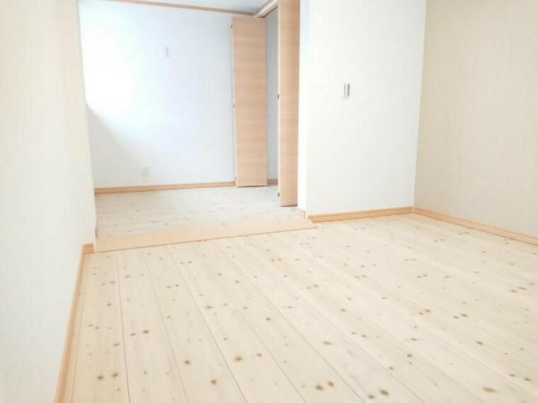 洋室 【リフォーム済写真】玄関入って右側の6.5帖洋室です。床はフローリングに張替え、壁と天井はクロスを張替えました。ご夫婦の寝室としていかがでしょうか。