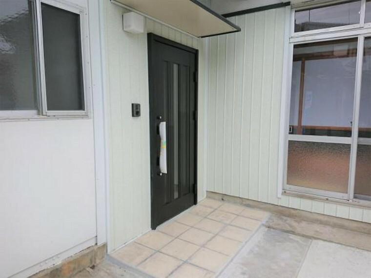 【リフォーム済写真】玄関扉を交換しました。インターフォンと照明を交換しました。玄関はお家の顔となる部分、お客様が最初に目にする場所だからこそ、第一印象が大切ですね。