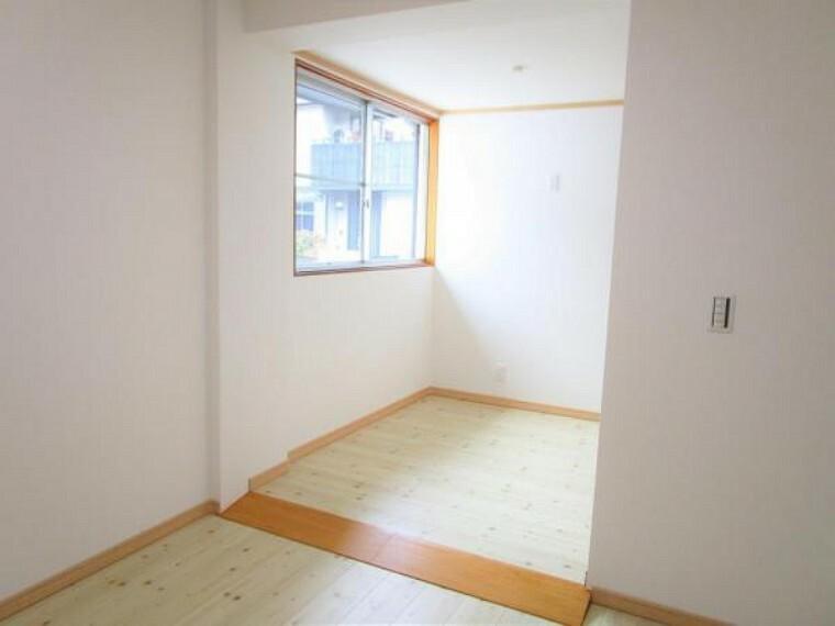 専用部・室内写真 【リフォーム済写真】玄関入って右側洋室の別角度写真です。段差があったところにスロープを付けました。小さなお子様でもお年を召した方でも過ごしやすいお部屋になりました。