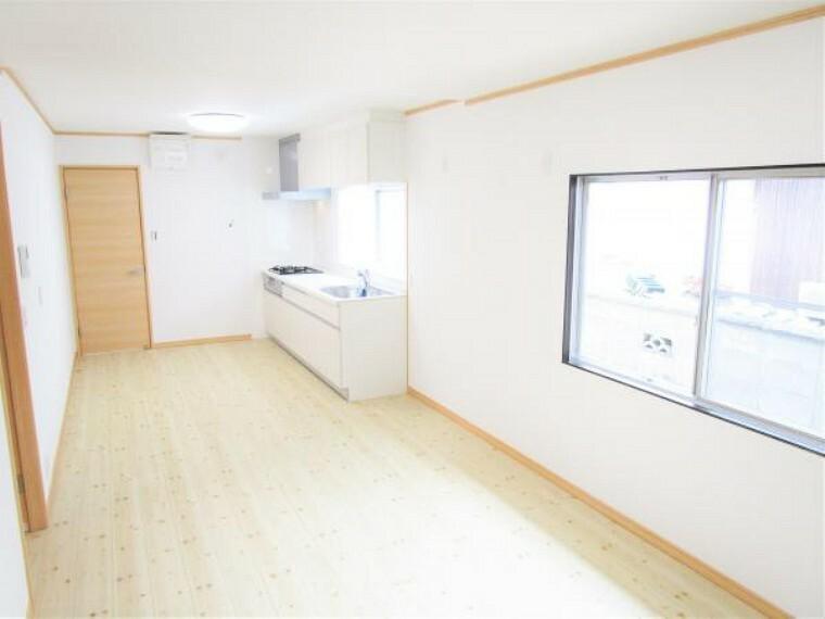 【リフォーム済写真】ダイニングキッチン横の和室を繋げ13帖のリビングにします。床はフローリング張替え・壁と天井はクロス張替えを行いました。広くなったお部屋で食事を楽しめますね。