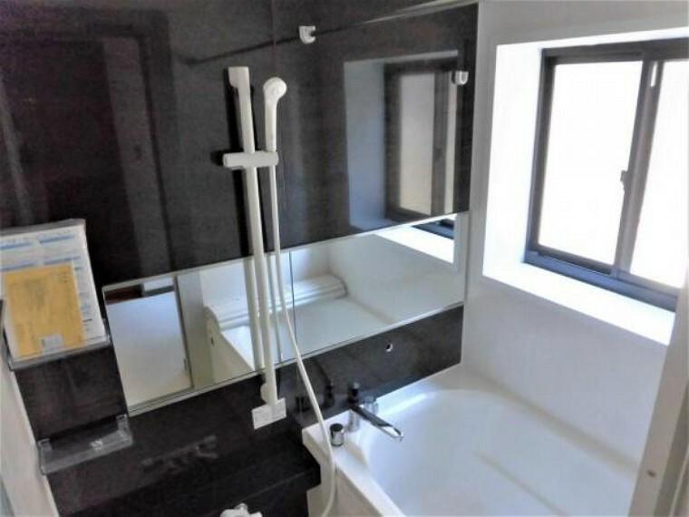 浴室 【リフォーム済写真】お風呂はハウステック製のユニットバスに新品交換しました。雨の日でも洗濯物が乾かせる浴室乾燥機を設置済です。新しいお風呂で一日の疲れを癒せますね。