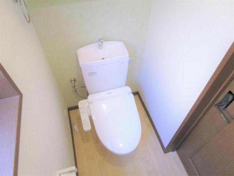 トイレ 【リフォーム済写真】TOTO製のウォシュレット付きトイレに新品交換しました。節水、節電機能付きで環境にもお財布にも優しいトイレです。気になる水回りがが新品だと嬉しいですね。