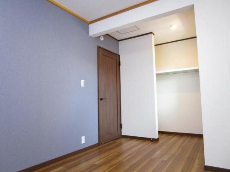 【リフォーム済写真】6帖洋室にはハンガーパイプと棚を設置しました。お子様のお部屋にいかがですか。