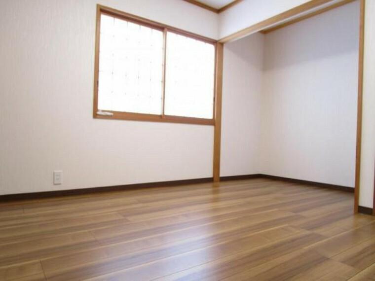 【リフォーム済写真】別角度の5.5帖の洋室写真です