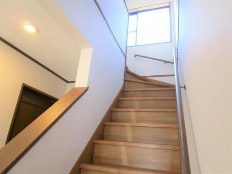 【リフォーム済写真】階段はピカピカにクリーニングを行いました。手すりと照明を交換し、安全に昇り降りできるようにリフォームしました。