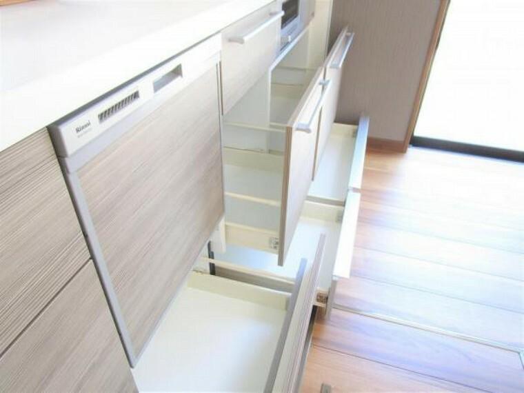 【リフォーム済写真】システムキッチンには背の高いボトルを週のできるスペース以外にも大皿なども収納できる大容量タイプになっています。沢山収納できるので便利ですね。