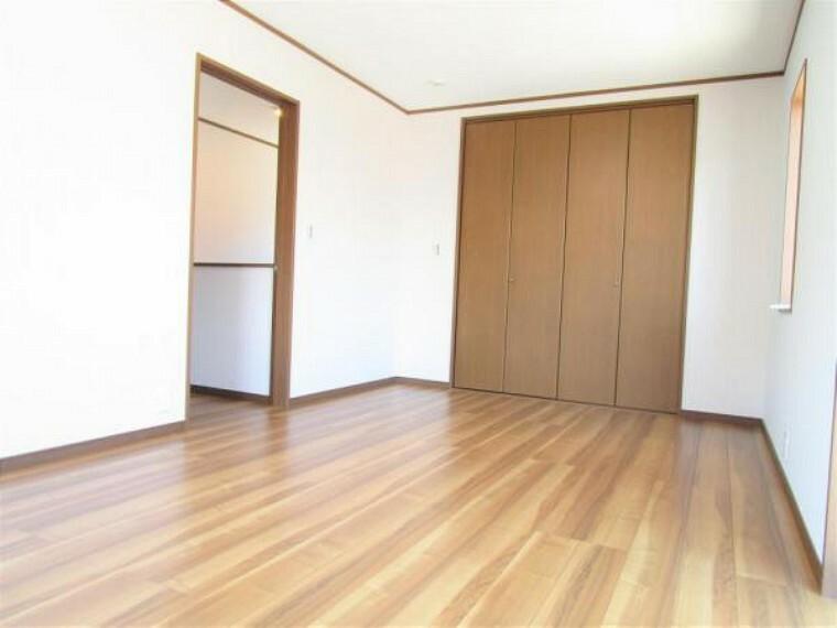 【リフォーム済写真】二階10.5帖洋室は、フローリングを重張を行い、クロスを張り替えました。10.5帖と広めの洋室なのでご夫婦の寝室にお使いいただけます。