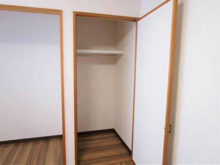 【リフォーム済写真】5.5帖洋室のクローゼットにはハンガーパイプを設置しました。長めのアウターなどもすっきり収納できそうですね。