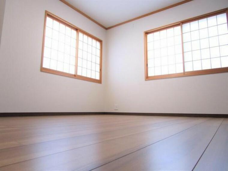 専用部・室内写真 【リフォーム済写真】6.5帖洋室の別角度写真です。二面の窓がついているので、明るい光が差し込みますね。障子をあえて残した和風モダンなお部屋になりました。
