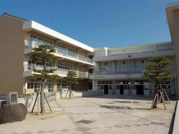 小学校 津田小学校まで徒歩約15分(1200m)。歩いて登下校できるので便利ですね。