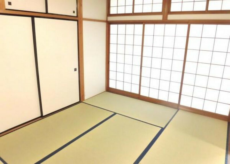 和室 【リフォーム済写真】1階和室は畳を表替えし、壁と天井のクロスを張り替えました。小さなお子様を畳の上で遊ばせたり、いぐさの香りに包まれながらお昼寝をしたりできますね。