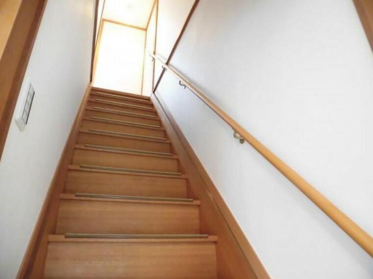 【リフォーム済写真】階段は床板塗装を行い、手すりを交換しました。照明を交換し、クロスを張り替えました。手すりがあると昇り降りしやすいので安心ですね。
