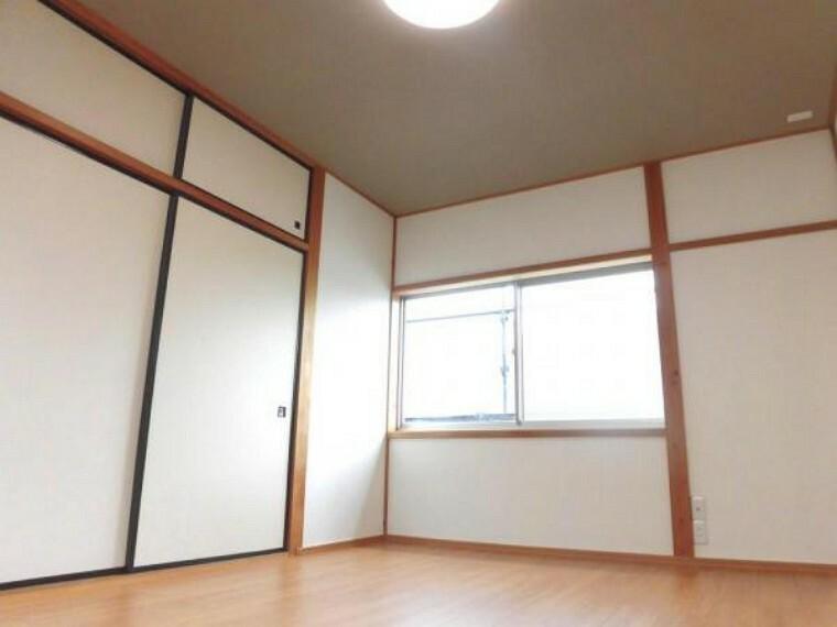 【リフォーム済写真】2階廊下の奥側にある6帖のお部屋です。和室から洋間に間取り変更を行いました。床をフローリングに張替えました。天井にアクセントクロスを張ったことで落ち着いた雰囲気のお部屋になりました。
