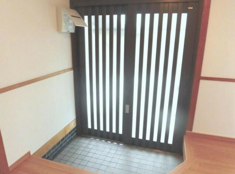 玄関 【リフォーム済写真】玄関のサッシとインターフォン、照明を交換しました。家の顔ともいえる玄関ですので、キレイにリフォームしました。配電盤は蓋つきなので必要のない時は隠すことができます。