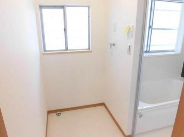 脱衣場 【リフォーム済写真】脱衣室の写真です。洗濯機を置けるようにリフォームしました。壁と天井のクロスを張替え、床をクッションフロアに張り替えました。窓は半透明なすりガラスなので安心ですね。