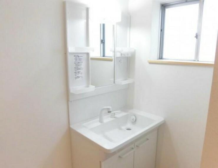 洗面化粧台 【リフォーム済写真】玄関ホールをまっすぐ進んだ先に新品のTOTO製洗面化粧台を設置しました。廊下の角に設置しているので、玄関からは見えないようになっています。シャワー水栓なのでお掃除する時も便利ですね。