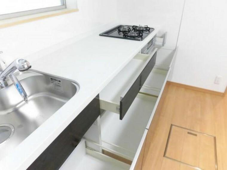 キッチン 【内装写真】システムキッチンは一升瓶や大きな鍋も入る大容量の引き出しです。オーブンの横にある小さな引き出しは、調味料などを入れることができて便利です。