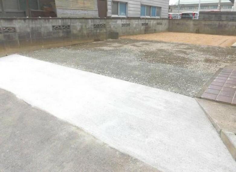 外観写真 【リフォーム済写真】駐車場は柵や樹木を撤去し、真砂土と砕石と整地を行いました。間口が広がったので、運転が苦手な方でも停めやすくなりました。お子様の自転車やバイクなども停めれそうですね。