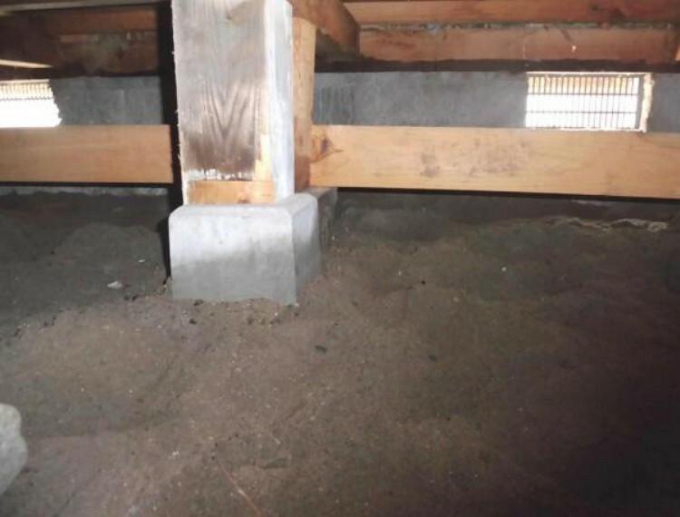 中古住宅の3大リスクである、雨漏り、主要構造部分の欠陥や腐食、給排水管の漏水や故障を2年間保証します。その前提で屋根裏まで確認の上でリフォームし、シロアリの被害調査と防除工事もおこないます。(写真は屋根裏を掲載する)
