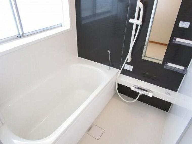 浴室 【リフォーム済写真】ハウステック製のユニットバスを設置しました。一坪サイズの浴槽なので足をのばしながら一日の疲れを癒すことができそうですね。広いお風呂は小さなお子様と一緒に入ることもできるので安心です。
